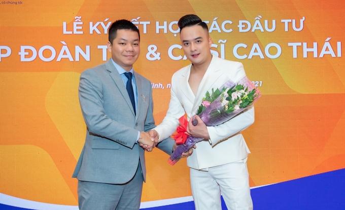 Ca sĩ Cao Thái Sơn tại lễ ký hợp tác với lãnh đạo T99. Ảnh: Trương Văn Tân.